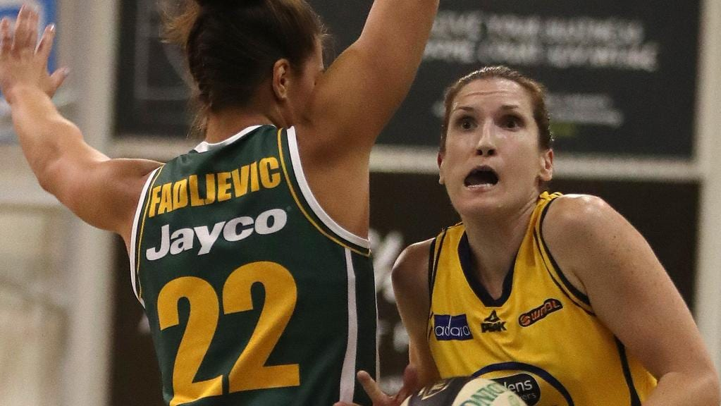 Belinda Snell drives past Rosie Fadljevic in last seasons's Grand Final.