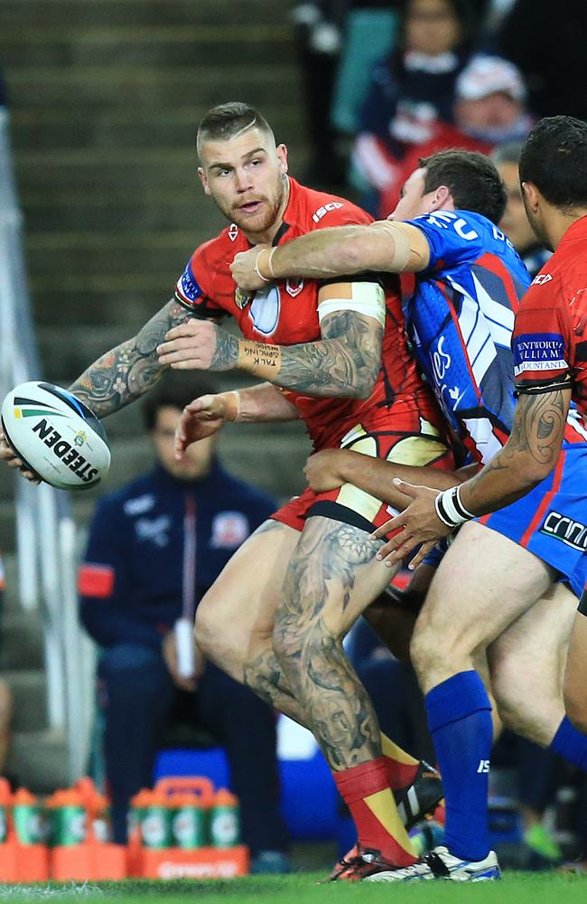 Josh Dugan looks to pass to Benji Marshall.