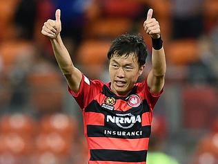 Jumpei Kusukami of the Wanderers gestures to the crowd after scoring a goal during the round 8 A-League match between the Western Sydney Wanderers and Brisbane Roar at Spotless Stadium in Sydney, Friday, Nov. 25, 2016. (AAP Image/Dan Himbrechts) NO ARCHIVING, EDITORIAL USE ONLY