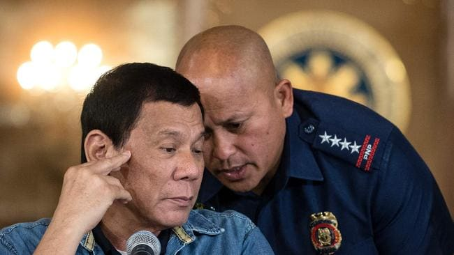 Ronaldo dela Rosa (R) has called for the suspension of the Philippines' crackdown on drugs.