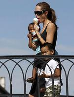 <p>Actor Angelina Jolie walks with her children Zahara (L) and Maddox (R) in Venice, 2007.</p>
