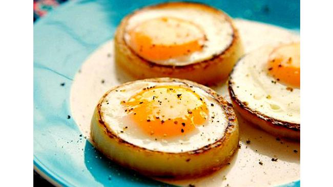 Forget fancy cooking gear. An onion ring will keep an egg perfectly round. Plus, tasty. Picture: plus.google.com