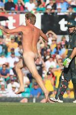 <p>Brad Hogg watches a streaker disrupt the Australia v India game at the SCG.</p>