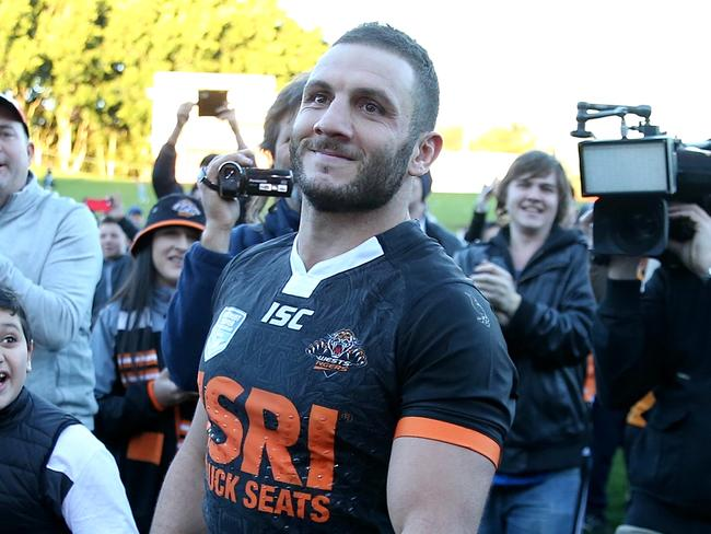VIDEO: Tigers fans rally around dumped Farah