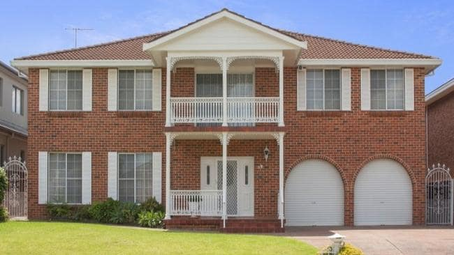 18 Cootha Close, Bossley Park sold for $921,000.