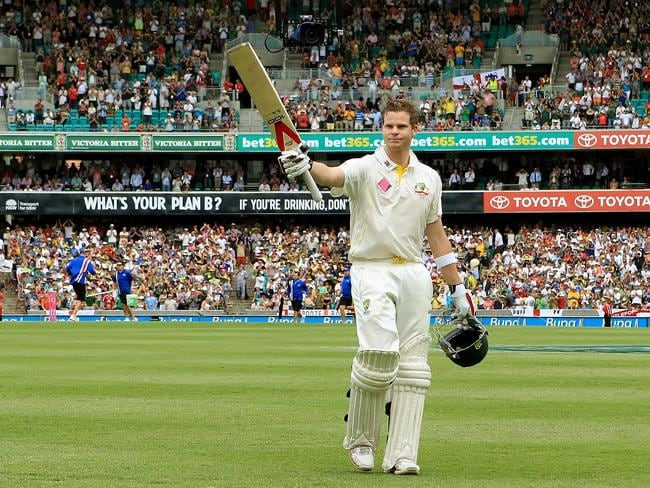 Steve Smith acknowledges the crowd at the SCG.
