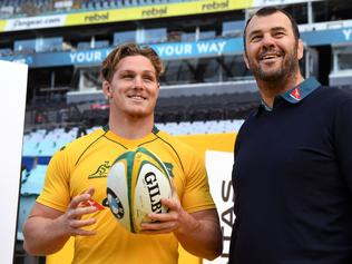 New Australian Wallabies rugby captain Michael Hooper (L) speaks with coach Michael Cheika (R) after a press conference in Sydney on August 2, 2017. Hooper on August 2 was named as the new captain, replacing the soon-to-retire Stephen Moore as the team builds towards the 2019 World Cup in Japan. / AFP PHOTO / WILLIAM WEST / --IMAGE RESTRICTED TO EDITORIAL USE - STRICTLY NO COMMERCIAL USE--