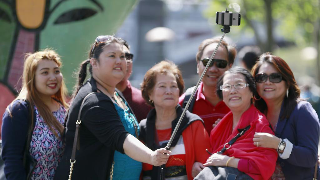 australian open 2015 crackdown on courtside selfie sticks amid fears they could distract. Black Bedroom Furniture Sets. Home Design Ideas