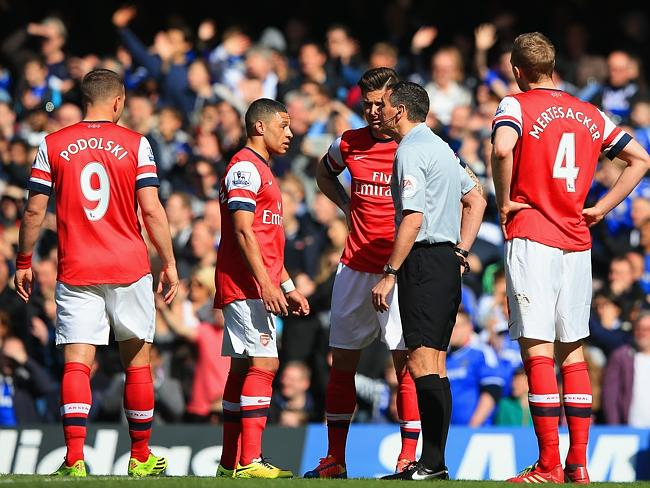 Alex Oxlade-Chamberlain of Arsenal appeals to Referee Andre Marriner after he mistakenly gave Kieran Gibbs of Arsenal (not pictured) a red card. Photo by Richard Heathcote/Getty Images