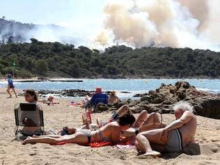 Smoke billows during a forest fire in La Croix-Valmer, near Saint-Tropez, on July 25, 2017 as firefighters keep on battling blazes across southern France. / AFP PHOTO / Valery HACHE