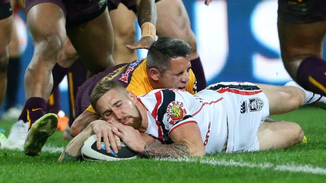 Sam Tomkins of the Warriors scores a try.