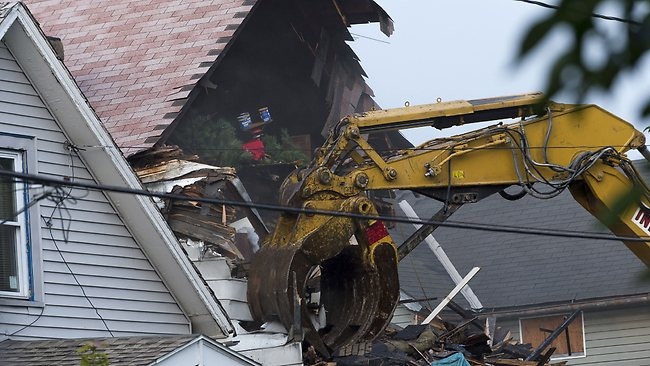 CLEVELAND, OH - AUGUST 7: A crane demolishes the home of Ariel Castro on August 7, 2013 in Cleveland, Ohio. Knight was abducted by Castro in 2002 and today the state of Ohio will demolish the home where she and two other women were held captive by Castro for over a decade. Angelo Merendino/Getty Images/AFP== FOR NEWSPAPERS, INTERNET, TELCOS & TELEVISION USE ONLY ==