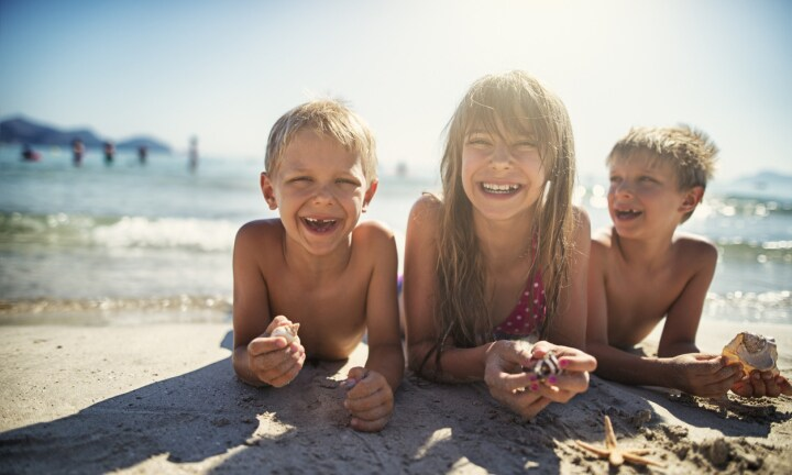 How to have a relaxing day at the beach with kids