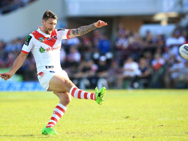 Gareth Widdop has re-signed with the Dragons.