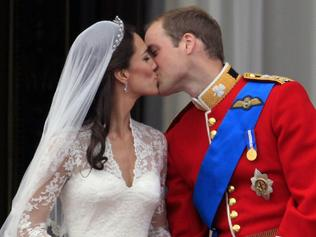 29/04/2011 WIRE: Britain's Prince William kisses his wife Kate, Duchess of Cambridge on the balcony of Buckingham Palace after the Royal Wedding in London Friday, April, 29, 2011. (AP Photo/Matt Dunham)