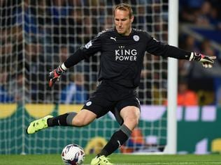LEICESTER, ENGLAND - SEPTEMBER 22: Mark Schwarzer of Leicester in action during the Capital One Cup Third Round match between Leicester City and West Ham United at The King Power Stadium on September 22, 2015 in Leicester, England. (Photo by Michael Regan/Getty Images)