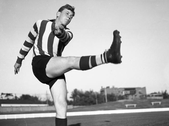 15/04/1952. North Melbourne's Allen Aylett. HWT ARCHIVAL NEGATIVE.