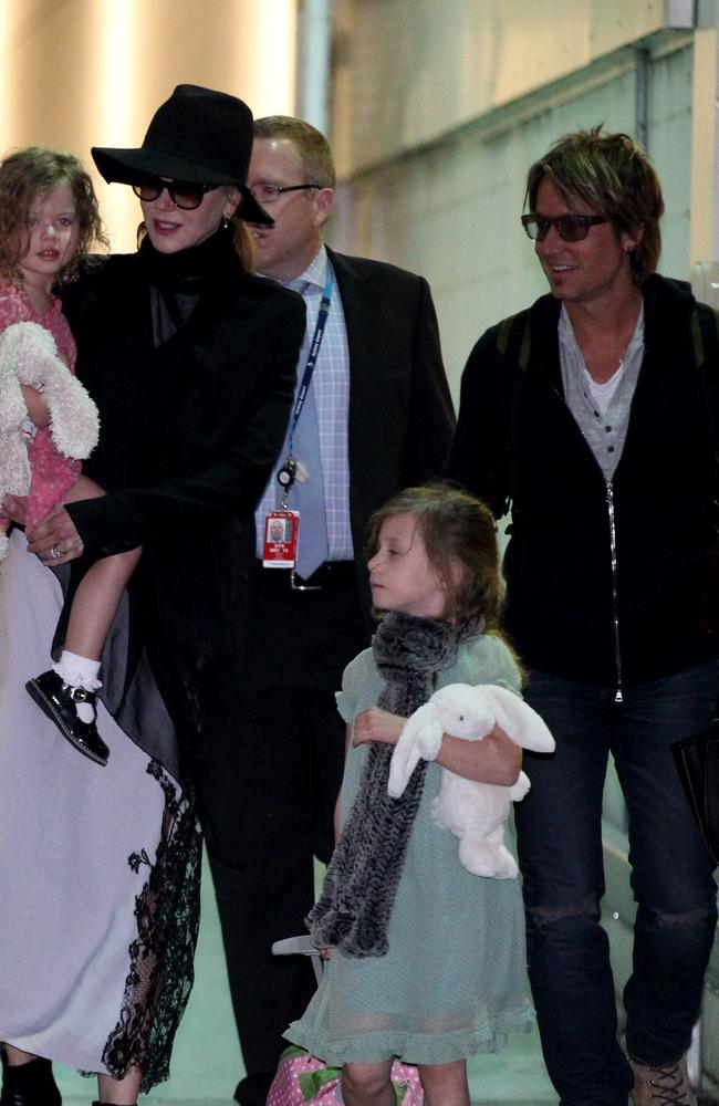 Nicole Kidman in Sydney with Keith and the kids arrive through the airport loading dock