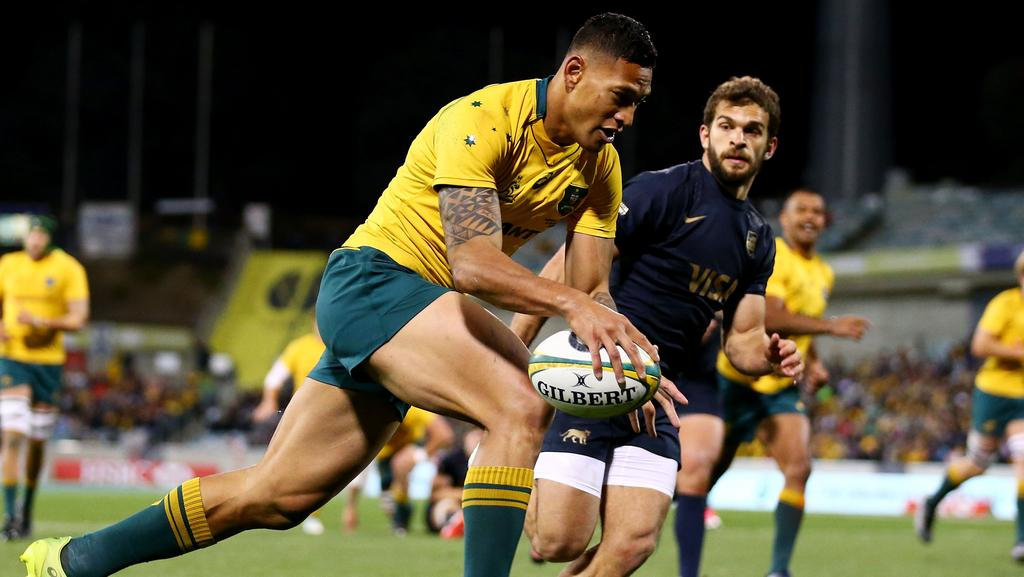 Israel Folau about to score for Australia against Argentina on Saturday night.