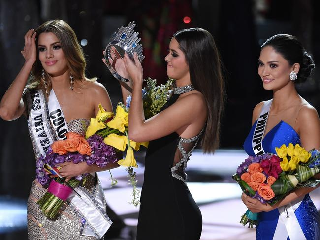 Awkward TV moment ... Miss Colombia Ariadna Gutierrez (left) wore the crown for nearly two minutes before it was ripped away and handed to Miss Philippines Pia Alonzo Wurtzbach (right). Picture: Ethan Miller/Getty Images/AFP