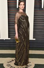 A pregnant Anne Hathaway attends the 2016 Vanity Fair Oscar Party. (Photo by Pascal Le Segretain/Getty Images)