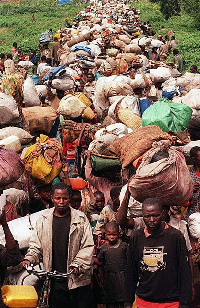 This picture taken on November 16, 1996 shows tens of thousands of Rwandan refugees arriv