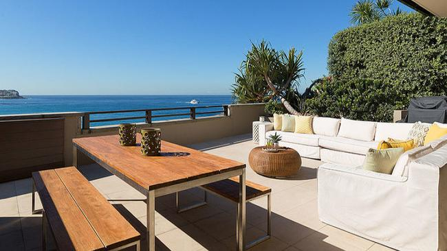 The beach side Bronte property owned by Sarah and Lachlan Murdoch has sold before auction.