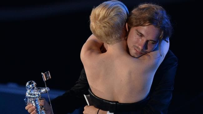 Jesse hugs Miley after accepting the award.