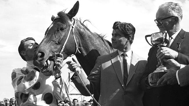 Bart Cummings (centre), Roy Higgins (left) and the horse the jockey loved the most — Light Fingers.