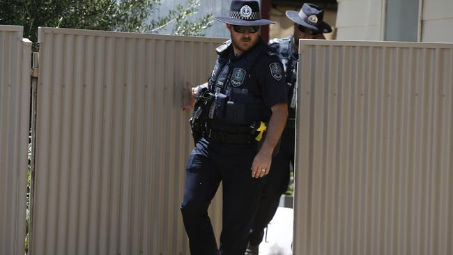 Police searching bushes and houses at Kadina. Picture: Tait Schmaal.