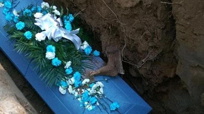 Kaki mayat muncul di lubang kuburan Cleveland Butler