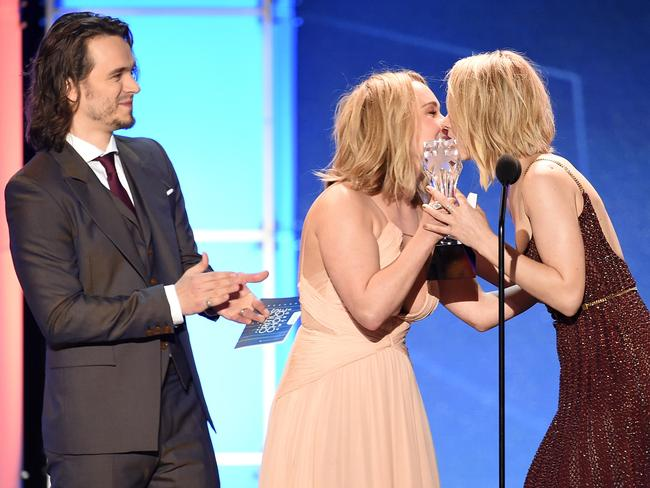 Rachel McAdams accepts the Best Acting Ensemble award for Spotlight from actors Jonathan Jackson and Hayden Panettiere.