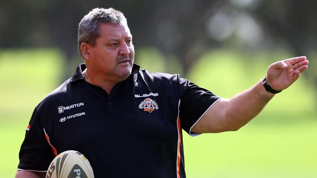 Blocker Roach has hit out at Farah and believes Wayne Pearce should take control of the club.