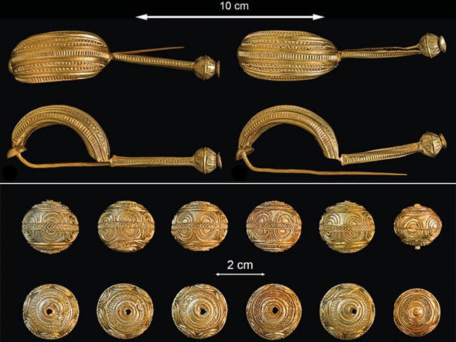 Gold navicella-type-fibulae, top, and a series of gold spheres found in the chamber. Picture: Krausse et al
