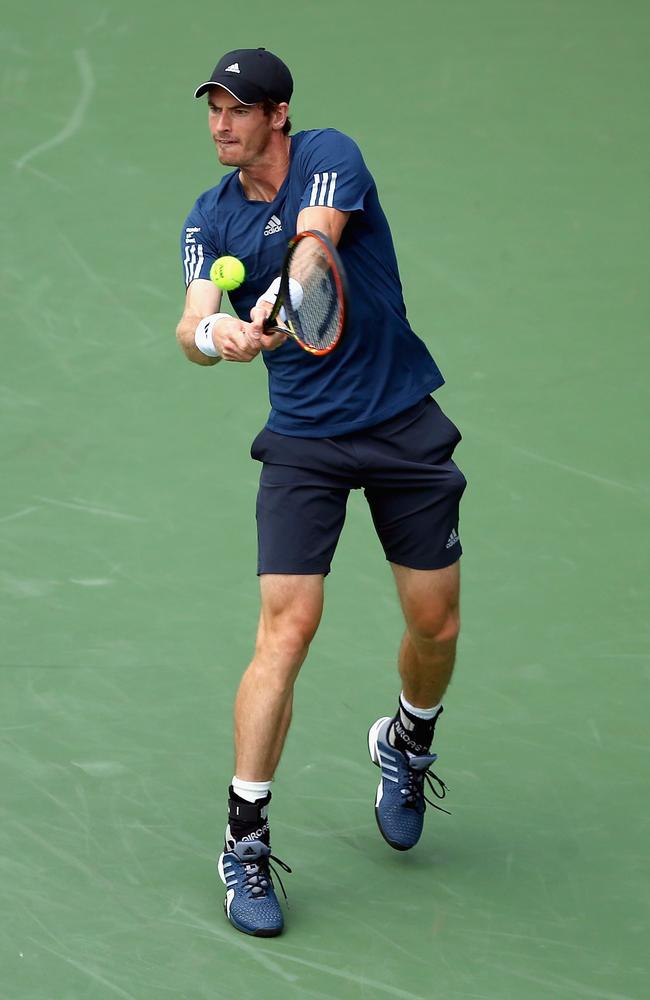 Andy Murray overcame problems to beat John Isner