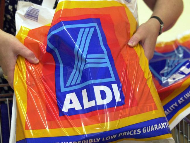 Jan 25, 2001 : Shoppers at new discount supermarket chain Aldi  at Bankstown,   PicKelly/Rohan. NSW / Shopping bags retail stores logo logos