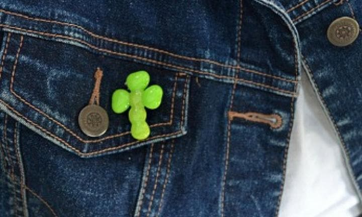 Bead shamrock badge