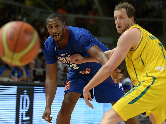 France's Boris Diaw (L) passes the ball around Australia's Joe Ingles.