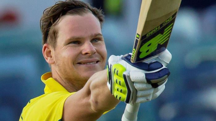 Australia's Steve Smith acknowledges the crowd after scoring a century during the third one-day international (ODI) cricket match between Pakistan and Australia at the WACA in Perth on January 19, 2017. / AFP PHOTO / TONY ASHBY / -- IMAGE RESTRICTED TO EDITORIAL USE - STRICTLY NO COMMERCIAL USE --
