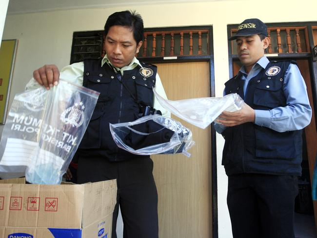 Indonesian forensic police ... view evidence related to the murder investigation. Picture: AP