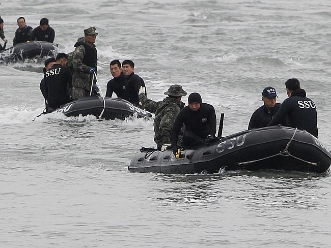 Not giving up ... South Korean Navy searching for missing passengers at the site of the sunken ferry off the coast of Jindo Island. Picture: Chung Sung-Jun.