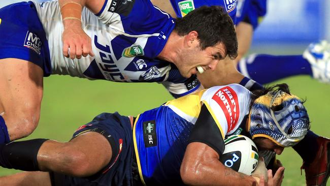 Johnathan Thurston tackled by Michael Ennis.