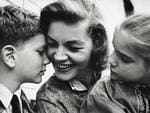 Lauren Bacall tenderly smiling to her children Leslie and Stephen. New York, 1960. (Photo by Mondadori Portfolio via Getty Images)
