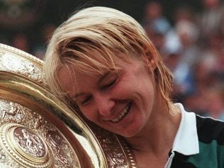 (FILES) This file photo taken on July 4, 1998 shows Czech Republic's Jana Novotna enjoying her championship trophy after winning the final of the women's singles at the Wimbledon Tennis Championships. Novotna has died at the age of 49 after suffering from cancer, the WTA said on November 20, 2017. / AFP PHOTO / PASCAL PAVANI