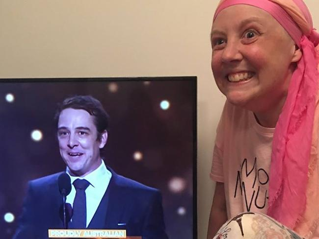 The heartwarming moment Samuel Johnson's sister reacts to seeing him with the 2017 Gold Logie. Picture: Love Your Sister / Facebook
