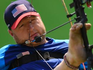 US Matt Stutzman --who has not arms-- competes during the archery qualifying at the Sambodrome during the Rio 2016 Paralympic Games in Rio de Janeiro, Brazil on september 14, 2016. / AFP PHOTO / CHRISTOPHE SIMON