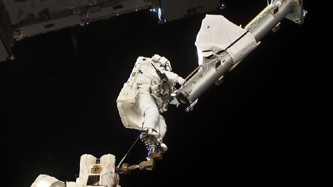 Garrett Reisman doing what he does best in May 17, 2010. Picture: NASA