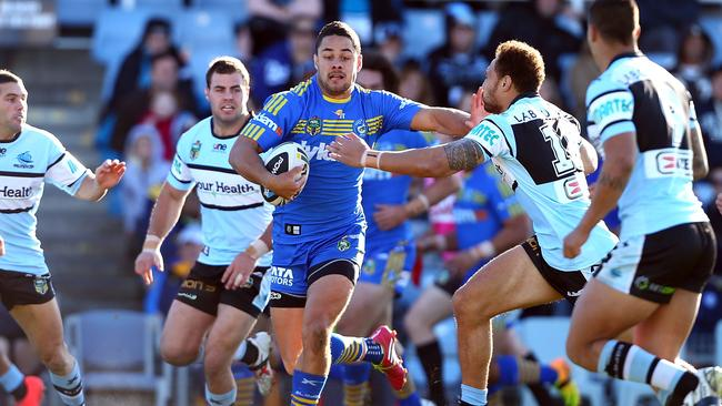 A park of Sharks try their best to stop Jarryd Hayne.