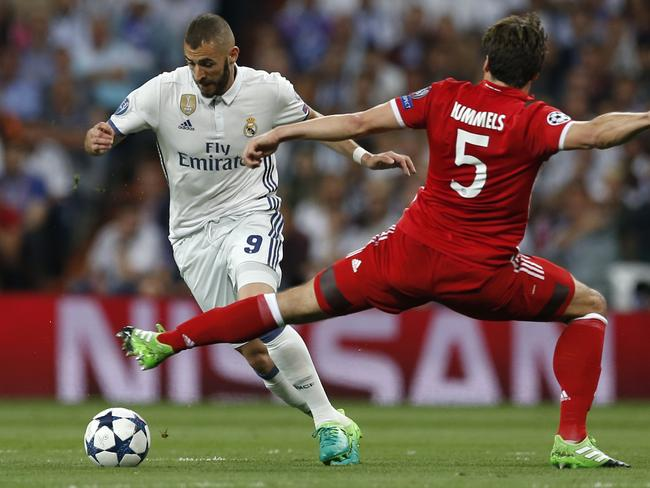 Real Madrid's Karim Benzema, left, and Bayern's Mats Hummels vie for the ball.