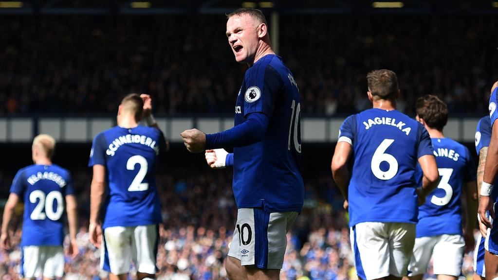 Everton's English striker Wayne Rooney (C) celebrates.